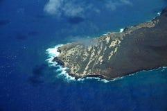 Antenn av Ilio punkt på den nordvästliga kusten av Molokai med vågen Arkivbild