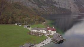 Antenn av kyrkan för pilgrimsfärd för St Bartholomew ` s, Berchtesgaden JOURNALformat lager videofilmer