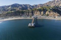 Antenn av Malibu Pier State Park och Santa Monica Mountains Fotografering för Bildbyråer