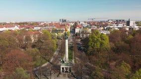 Antenn av Munich med ängeln av fred Friedensengel arkivfilmer