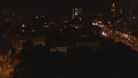 Antenn av nattgatan av den Tbillisi staden, Georgia lager videofilmer