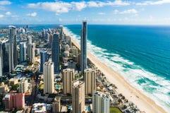Antenn av surfareparadisstaden och stranden, Gold Coast, Australien Arkivfoton
