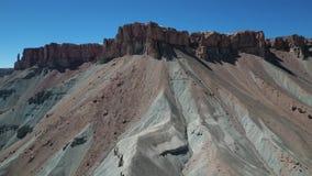 Antenn av travertinen, mineralklippor i bergdalen arkivfilmer