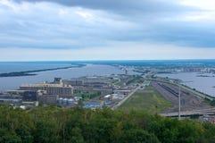 Antenn av tvilling- portar i den Duluth överman Royaltyfri Foto