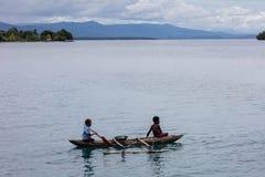 Antenn av utriggarekanoten som paddlas i Papua Nya Guinea fotografering för bildbyråer