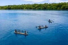 Antenn av utriggarekanoter som paddlas i Papua Nya Guinea arkivfoton