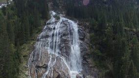 Antenn av vattenfallet i bergen stock video