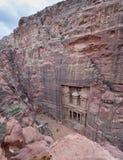 Antenn- eller fågelsikt på al-Khazneh (kassan), härlig tempel i den forntida staden för arabNabatean kungarike av Petra royaltyfria foton