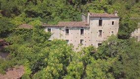 antenn för omlopp 4k av övergiven byggnad uppe på berg, Laino Castello, Italien arkivfilmer