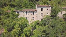 antenn för omlopp 4k av övergiven byggnad uppe på berg, Laino Castello, Italien stock video