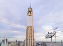 Antenn för satellit- maträtt överst av byggnaden Royaltyfria Foton
