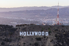 Antenn för sen eftermiddag av det Hollywood tecknet och Sanen Fernando Val royaltyfri bild