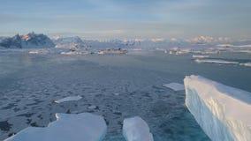 Antenn för station Antarktis för stort isberg vernadsky stock video