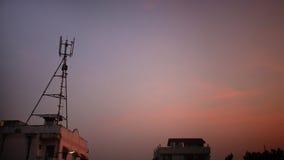 antenn för telefon 3G mot skymninghimmel Arkivbilder