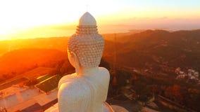 Antenn: fantastisk guld- soluppgång på den vita stora buddha statytemplet HD 1920x1080 phuket thailand stock video