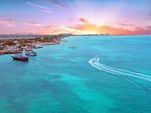 Antenn från den Aruba ön i det karibiskt på solnedgången Arkivfoton