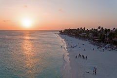 Antenn från en härlig solnedgång på den Manchebo stranden på den Aruba ön Arkivbilder