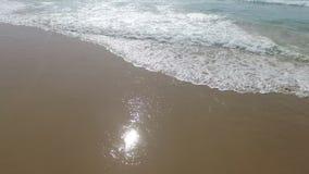 Antenn från havvågor på Praiadal Figueiras Portugal lager videofilmer