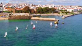 Antenn från segling i hamnen från Lagos i Algarven Portugal lager videofilmer