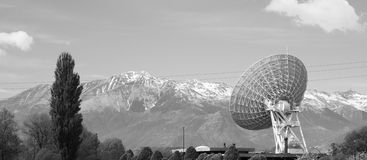 Antenn för telekommunikationmastTV i ett berglandskap Royaltyfri Fotografi