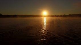 antenn 4k - den yrkesmässiga simmaren utbildar i sjön på soluppgång arkivfilmer