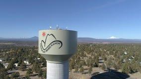 Antenn - krokigt torn för flodranchvatten lager videofilmer