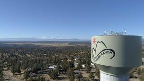 Antenn - krokigt torn för flodranchvatten stock video