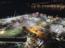 Antenn lastpäfyllningsskeppsdocka, nattsikt arkivfoto