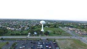 Antenn in mot vattentorn i förorts- Ohio stock video