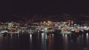Antenn, natthamn och stadshorisont med fartyg som reser över fjärden stock video