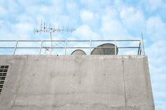 Antenn och satellit på byggnad arkivfoto