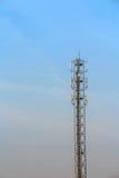Antenn och telekommunikationtorn i blå himmel Royaltyfria Bilder