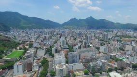 Antenn: Panorama av Rio da Janeiro omgav vid berg stock video