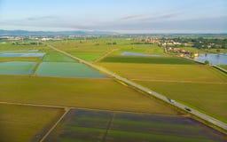 Antenn: risfält översvämmad lantlig italiensk bygd för kultiverad fältjordbruksmark, åkerbruk ockupation, sprintime i Piedmont, fotografering för bildbyråer