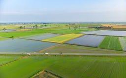 Antenn: risfält översvämmad lantlig italiensk bygd för kultiverad fältjordbruksmark, åkerbruk ockupation, sprintime i Piedmont, arkivbilder