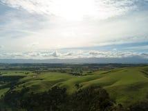 Antenn Rolling Hills av Nya Zeeland i höst royaltyfri fotografi