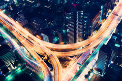 Antenn-sikt huvudvägföreningspunkt på natten i Tokyo, Japan Arkivfoto
