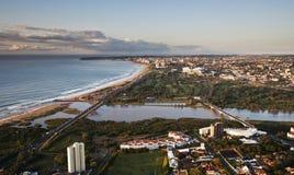 Antenn skjutit se över Durban arkivfoton