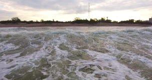 ANTENN: släta vågor På låg höjd stock video