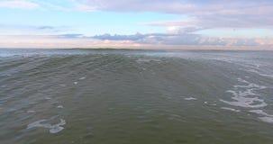 ANTENN: släta vågor På låg höjd Bakåtriktad rörelse arkivfilmer