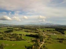Antenn solnedgång över nyazeeländska jordbruksmarker royaltyfria foton