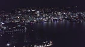 Antenn som flyger in i stad på natten, upplyst horisont lager videofilmer