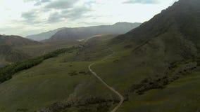 Antenn som skjutas av bergdalen arkivfilmer
