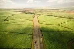 Antenn som skjutas av jordbruksmark och huvudvägen i Hawaii Arkivbild