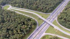 Antenn som skjutas av motorwayen, motorvägtrafik - lastbilar och bilar på vägen lager videofilmer