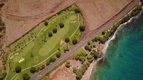 Antenn som skjutas av vulkanisk terräng, litet grönt land med träd, vägen och kustlinjen på ön maui, hawaii stock video
