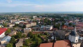 Antenn: SurrTimelaps gammal stad Sambir, Ukraina arkivfilmer