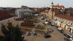Antenn: SurrTimelaps gammal stad Sambir, Ukraina lager videofilmer