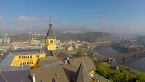 Antenna contemporanea gialla del castello, vista della città della città, montagne video d archivio