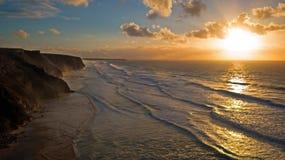 Antenna da un bello tramonto alla spiaggia di Vale Figueiras in Portug Immagine Stock